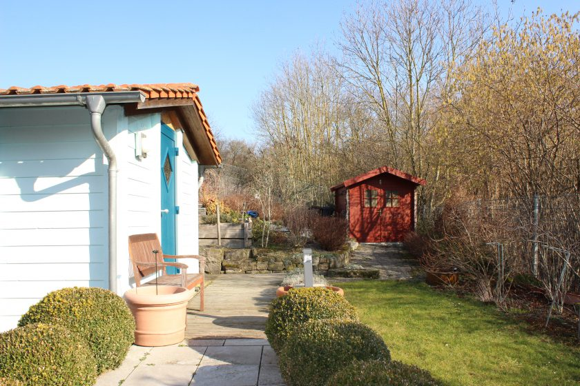 Garten mit Gästehaus